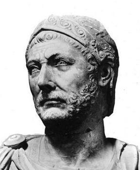 Un busto di marmo, ritenuto di Annibale, ritrovato a Capua; alcuni storici hanno messo in dubbio la sua autenticità