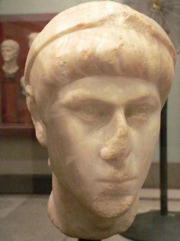Testa in marmo raffigurante Costanzo II e proveniente dalla Siria.