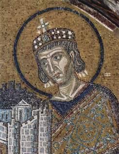 Raffigurazione di san Costantino nella basilica di Santa Sofia a Istanbul. L'imperatore, che la Chiesa ortodossa ha definito «Simile agli Apostoli», proclamandolo santo, è raffigurato nell'atto di dedicare la basilica