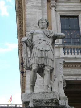 Un giovane Costantino II raffigurato nelle vesti di cesare, in una statua ora sulla sommità della Cordonata a Roma, prima nelle Terme di Costantino