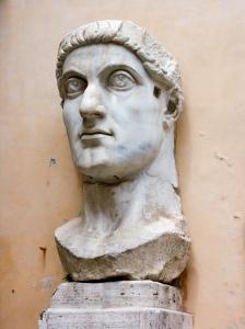 Testa dell'acrolito monumentale di Costantino, conservata nel cortile del Palazzo dei Conservatori, presso i Musei capitolini a Roma. Si noti il fulgor oculorum quasi oltremondano dello sguardo, tipico della nuova ritrattistica imperiale