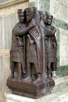 I tetrarchi, una scultura di porfido saccheggiata a Bisanzio nel 1204 (Basilica di San Marco a Venezia)