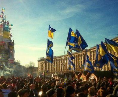 """Euromaidan (in ucraino: Євромайдан?, traslitterato: Jevromajdan; letteralmente Europiazza) è una serie di manifestazioni cominciate in Ucraina la notte del 21 novembre 2013, all'indomani della sospensione da parte del Governo ucraino di un accordo di associazione, denominato DCFTA, tra l'Ucraina e l'Unione europea, che prevedeva la realizzazione di un'""""Area Approfondita e Globale di Libero Scambio"""" (Deep and Comprehensive Free Trade Area, da cui appunto la sigla DCFTA)."""