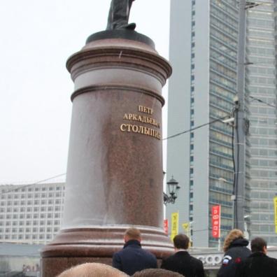Putin sotto la statua di Stolypin