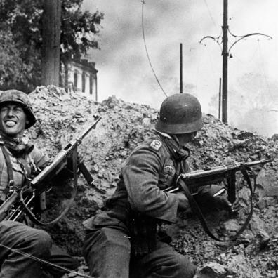 Due sottufficiali della 24. Panzer-Division in azione nell'area della stazione meridionale di Stalingrado il 15 settembre 1942.
