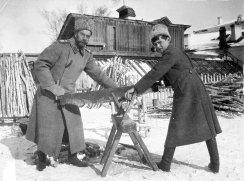 L'ex-zar con il figlio Aleksej durante la prigionia a Tobol'sk nel 1917