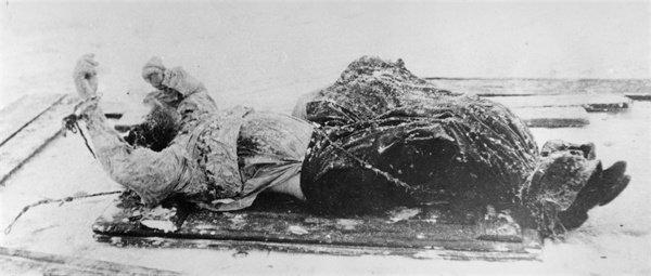 Il cadavere di Rasputin adagiato su una slitta.