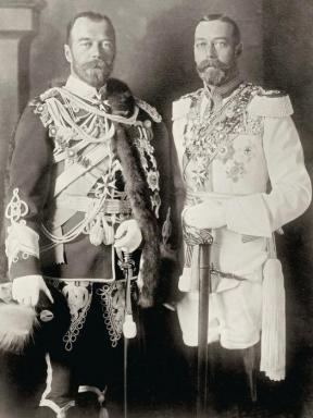 Nicola II (a sinistra) e il cugino Giorgio V, re del Regno Unito in una foto del 1913 scattata a Berlino. La somiglianza tra i due cugini è notevole.