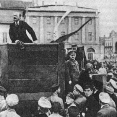La famosa foto di Lenin e Troskij, dove Troskij è presente, ma durante l'era di Stalin verrà eliminato