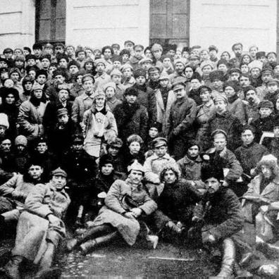 Trockij e Lenin (al centro in piedi) in una foto scattata con alcuni soldati di Pietrogrado
