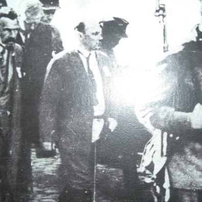 Foto del 1930 in cui sono presenti: Stalin, Vorošilov, Molotov e Nikolaj Ivanovič Ežov, che venne ucciso nel 1940 e la foto fu in seguito ritoccata; questo tipo di falsificazione a scopo propagandistico fu ampiamente utilizzato durante il governo di Stalin