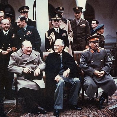 """I """"tre Grandi"""": il primo ministro inglese Winston Churchill, il presidente degli Stati Uniti d'America Franklin Delano Roosevelt e Stalin alla conferenza di Jalta nel febbraio 1945, insieme anche a Molotov (estrema sinistra), Sir Andrew Cunningham, Sir Charles Portal (alle spalle di Churchill) e William D. Leahy (dietro Roosevelt)"""